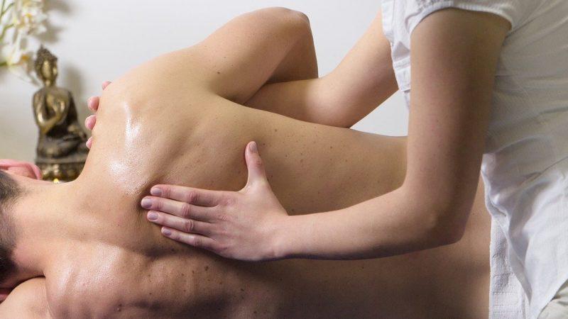 Le massage relaxant, un moment de détente assuré pour les sportifs.