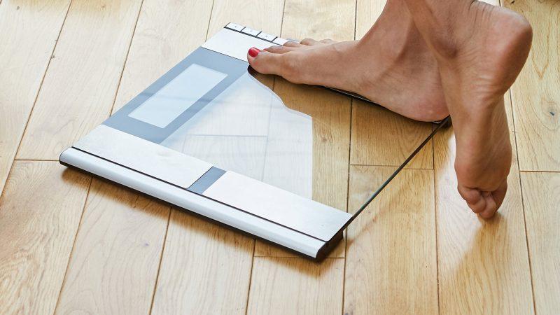 Utiliser le pèse personne impédancemètre pour déterminer la masse musculaire des sportifs.